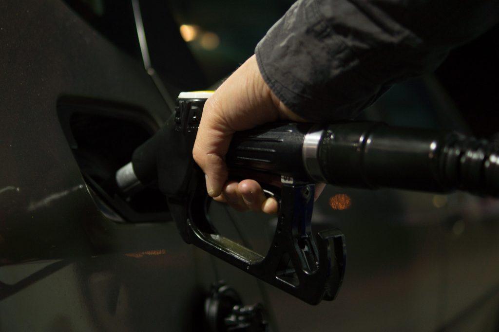 Auton tankkausta fossiilisella polttoaineella