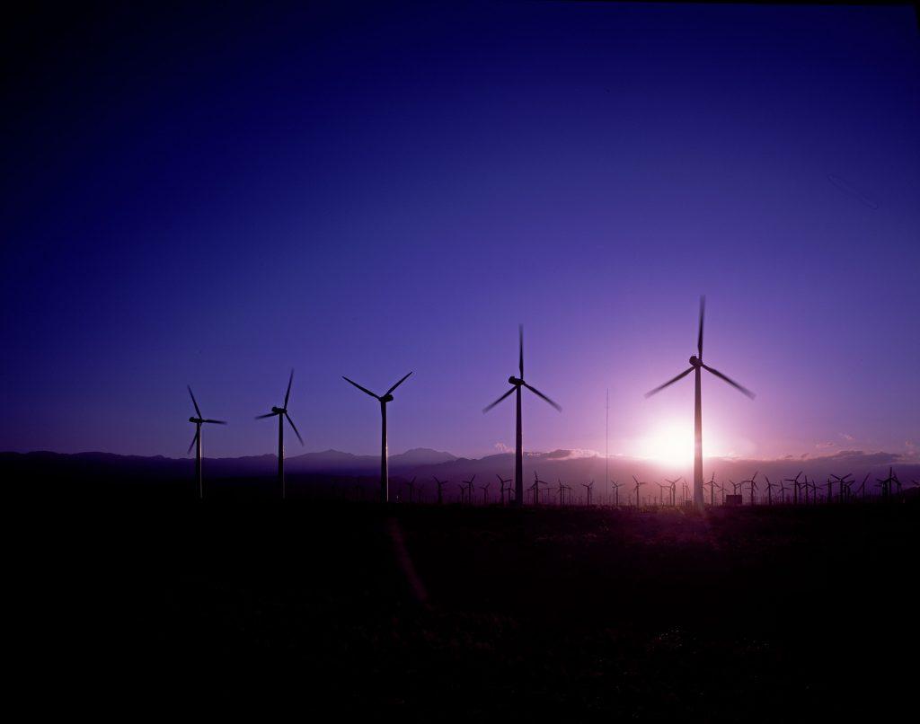 Tuulimyllyjä, joita käytetään tuulienergian tuotantoon